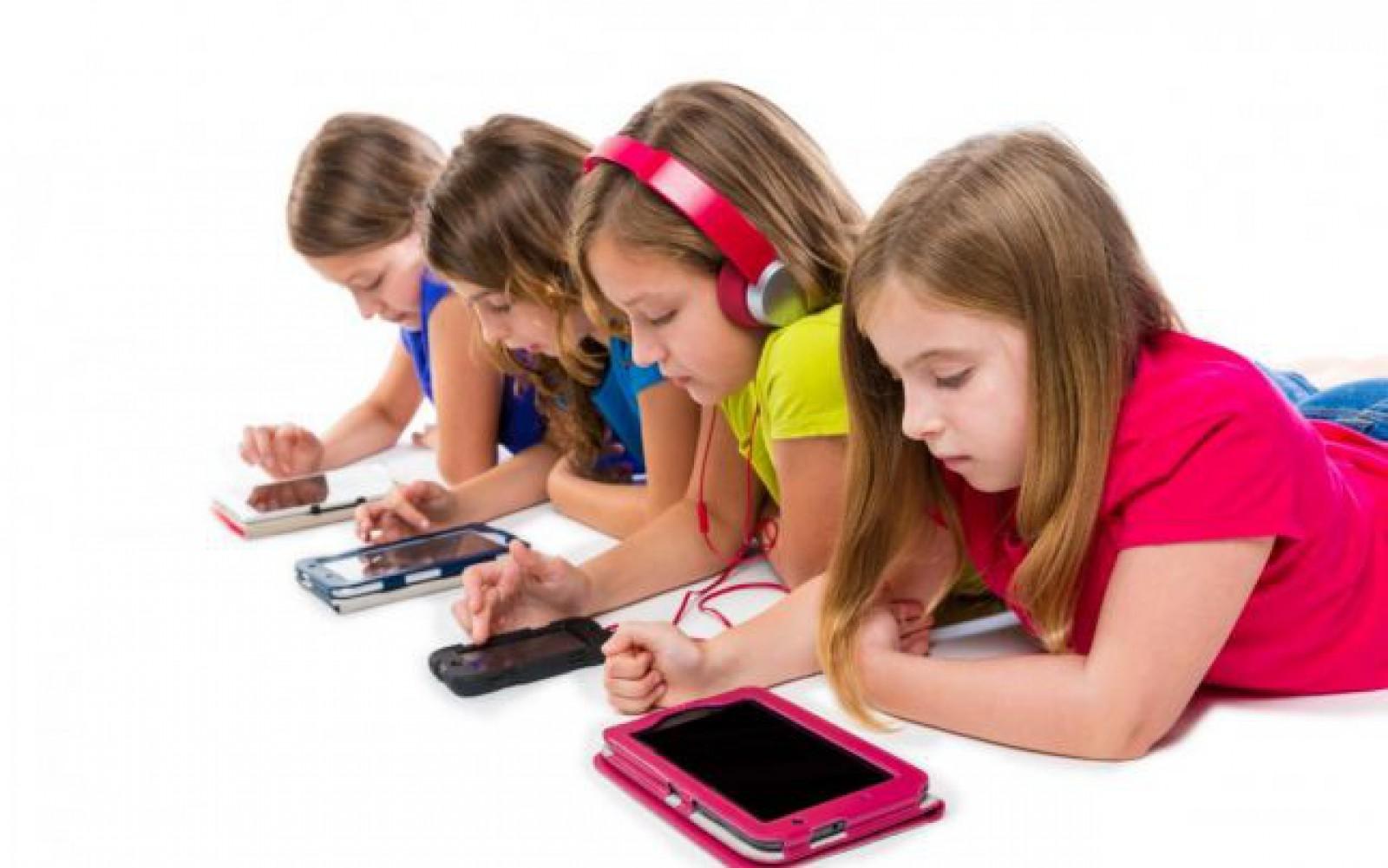 """La ce vârstă recomandă psihologii să-i cumperi smartphone copilului. Un specialist avertizează: """"Social Media îi face depresivi şi anxioşi"""""""