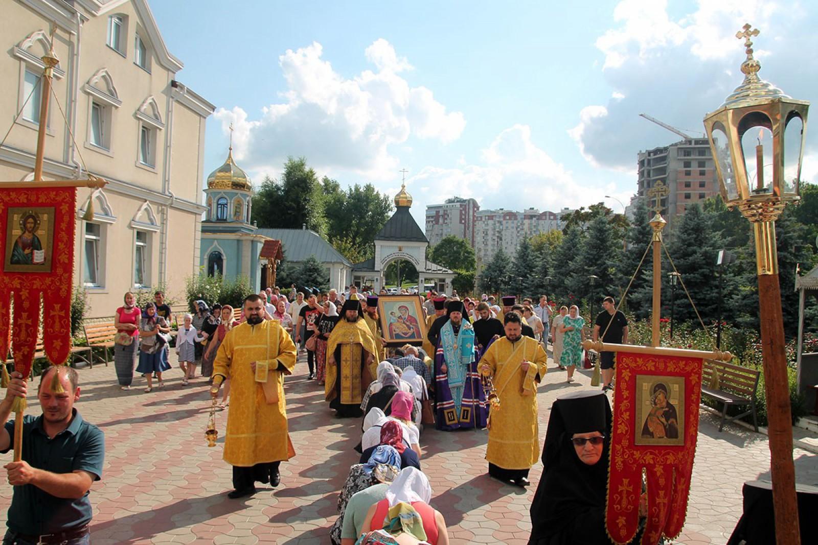 """La mănăstirea Ciuflea din capitală a fost adusă de pe Sfântul Munte Athos o icoană a Maicii Domnului """"Cu trei mâini"""". Până pe ce dată va fi expusă"""