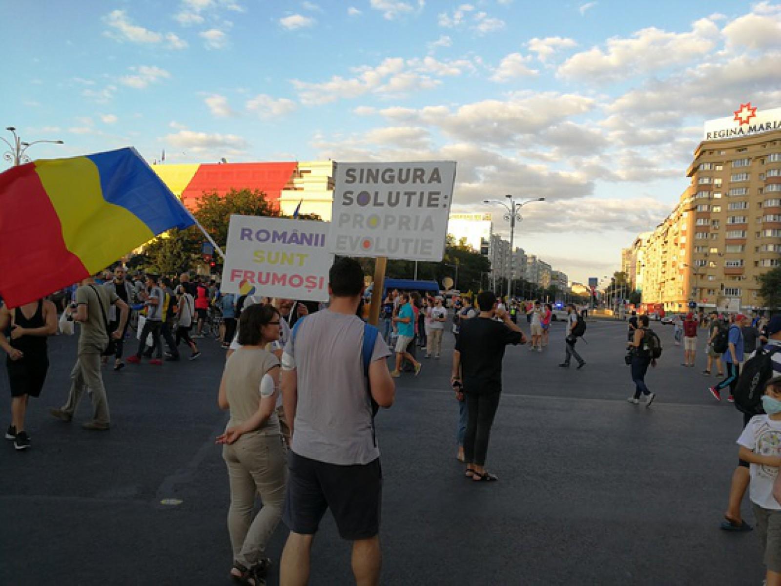 """(video) A treia zi de proteste în Piața Victoriei din București: """"Rămânem în stradă până la căderea Guvernului Dăncilă"""""""
