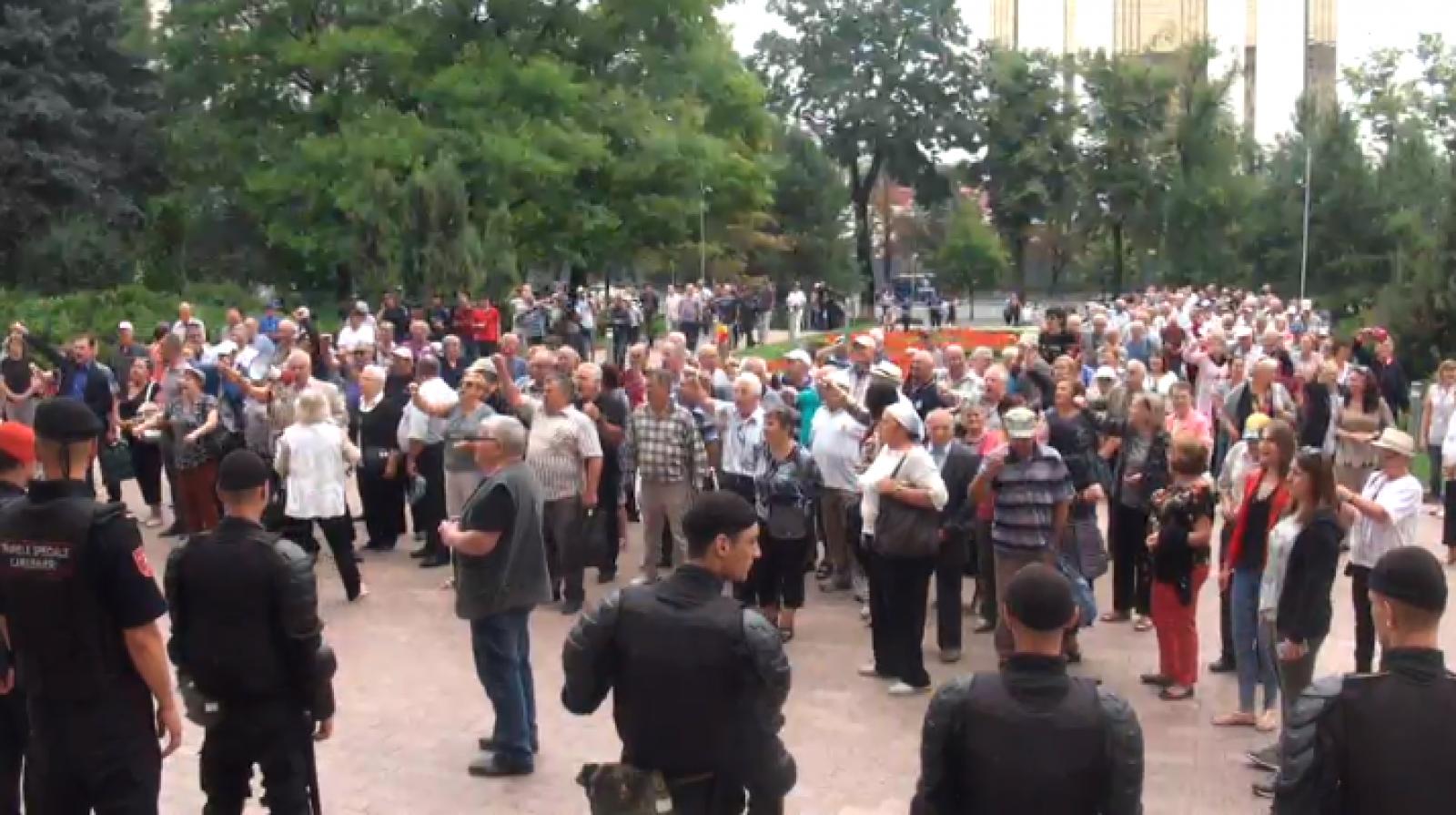 """(live) Acțiune de protest în fața Parlamentului: """"Le aducem la cunoștință deputaților care nu au citit atent rezoluția PE"""""""