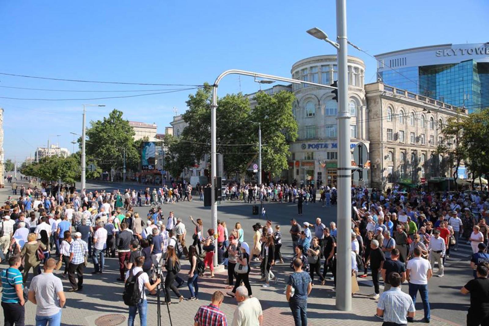 """(live/foto/update) Protest matinal în fața Primăriei Chișinău. Oamenii au blocat toate intrările primăriei: """"Zi liberă pentru angajați. Primarul nu a fost ales"""""""