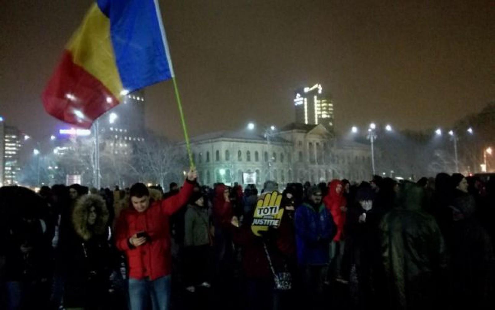 (video) Protest în Piaţa Victoriei din București, după anunţul ministrului Toader privind revocarea şefei DNA