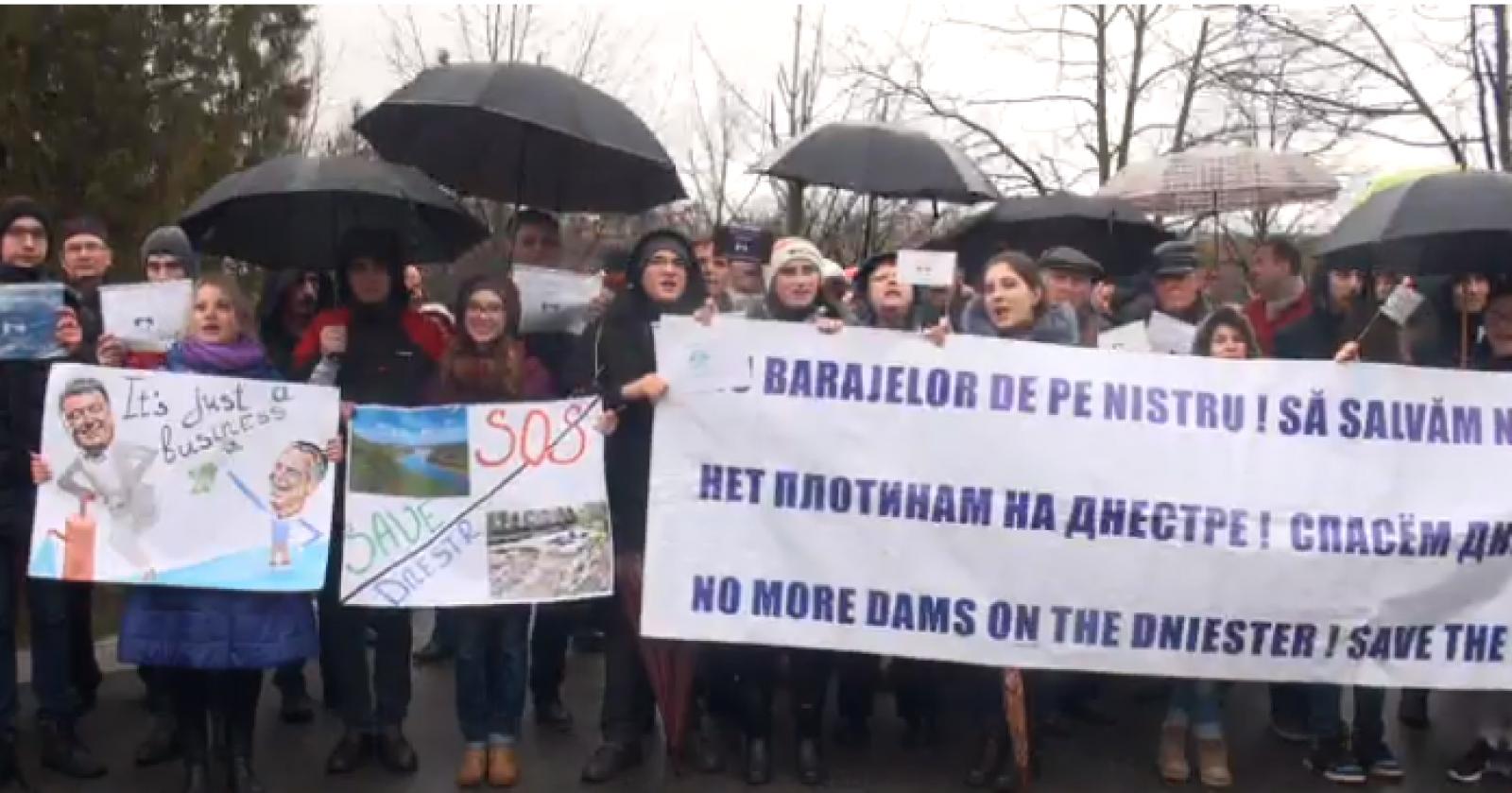 """(video) Protest la Ambasada Ucrainei din Chișinău: """"NU distrugerii Nistrului"""""""