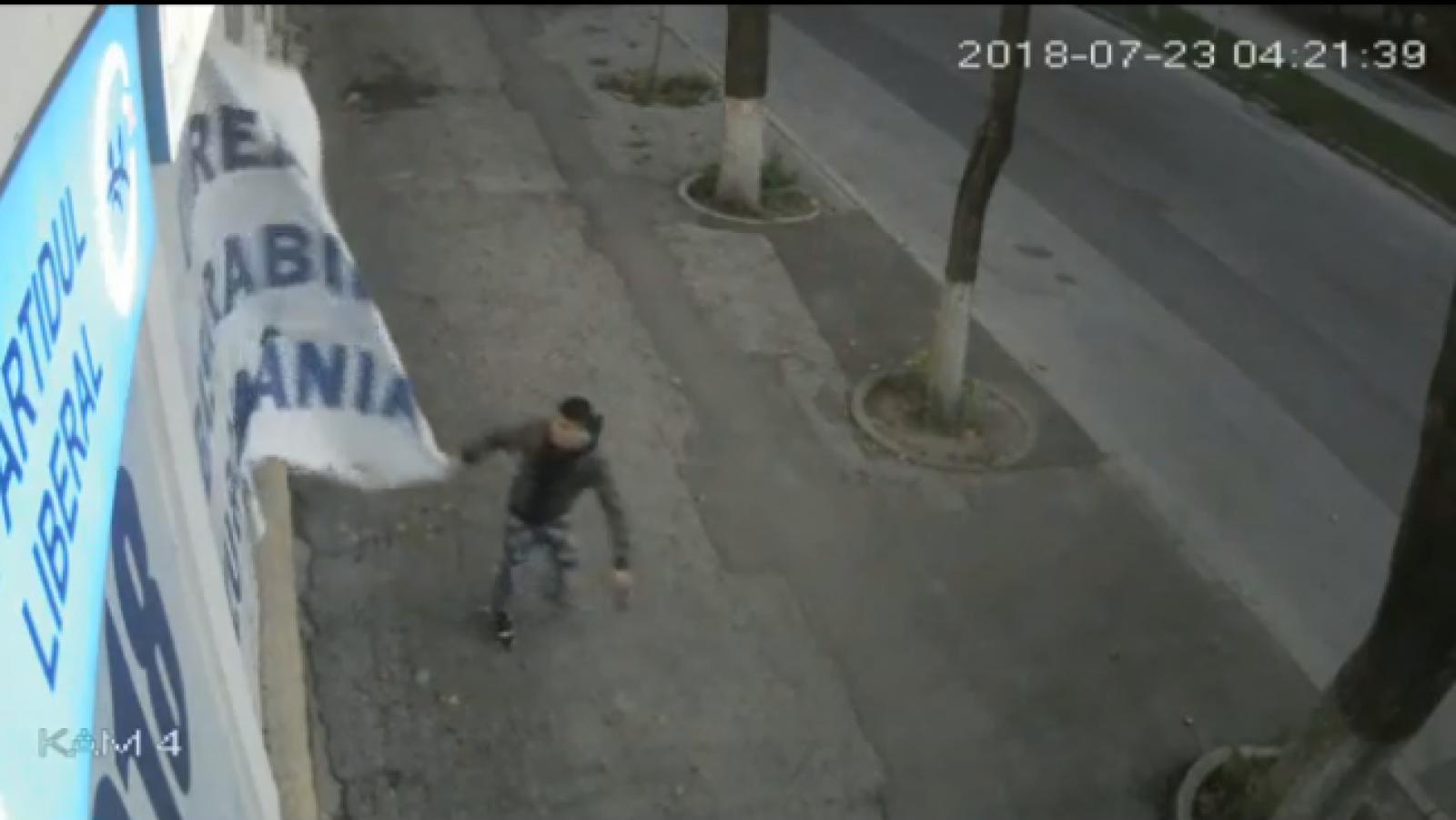 (video) Sediul Partidului Liberal a fost vandalizat în jurul orei 4 dimineața. Un tânăr, deranjat de mesajul unionist