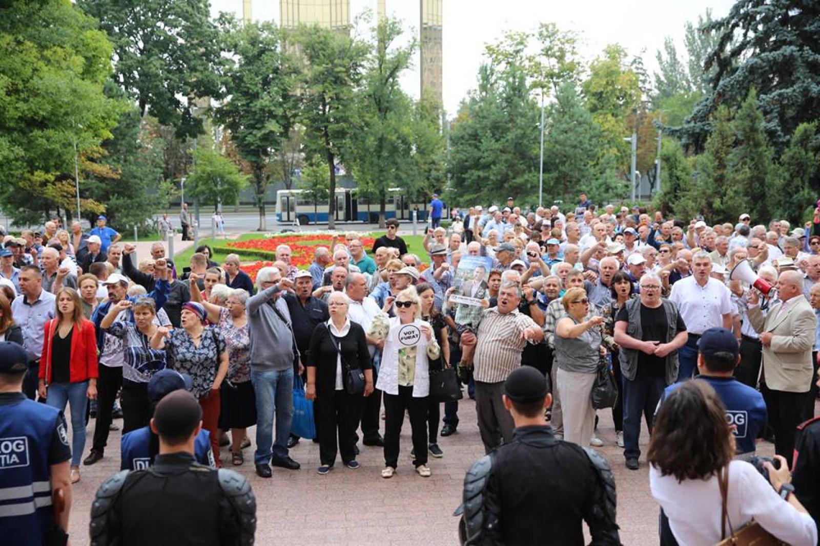 (video/update/foto) Protestatrii merg împreună cu Andrei Năstase la sediul Platformei DA