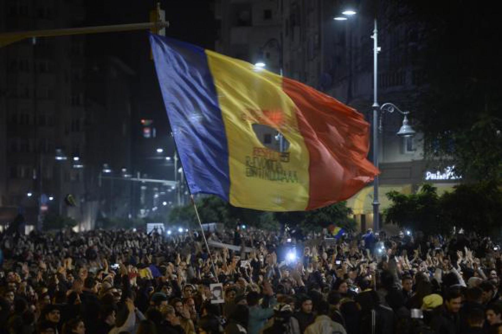(video/update) Mitingul Diasporei la București: Zeci de mii persoane protestează în Piața Victoriei. Peste 100 de oameni, afectați de gaze