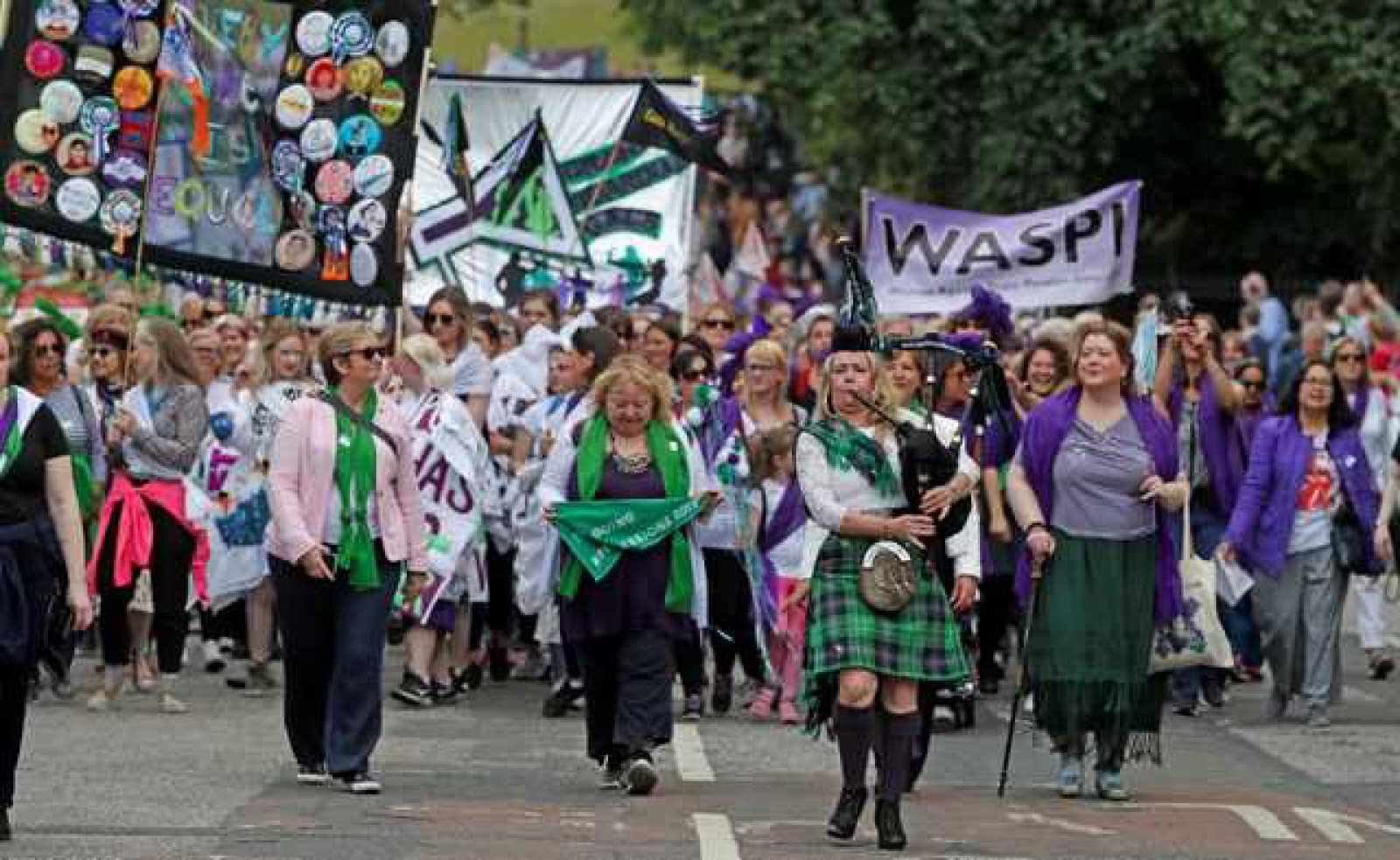 Marea Britanie: Mii de femei au defilat pentru a marca 100 de ani de la obținerea dreptului de vot