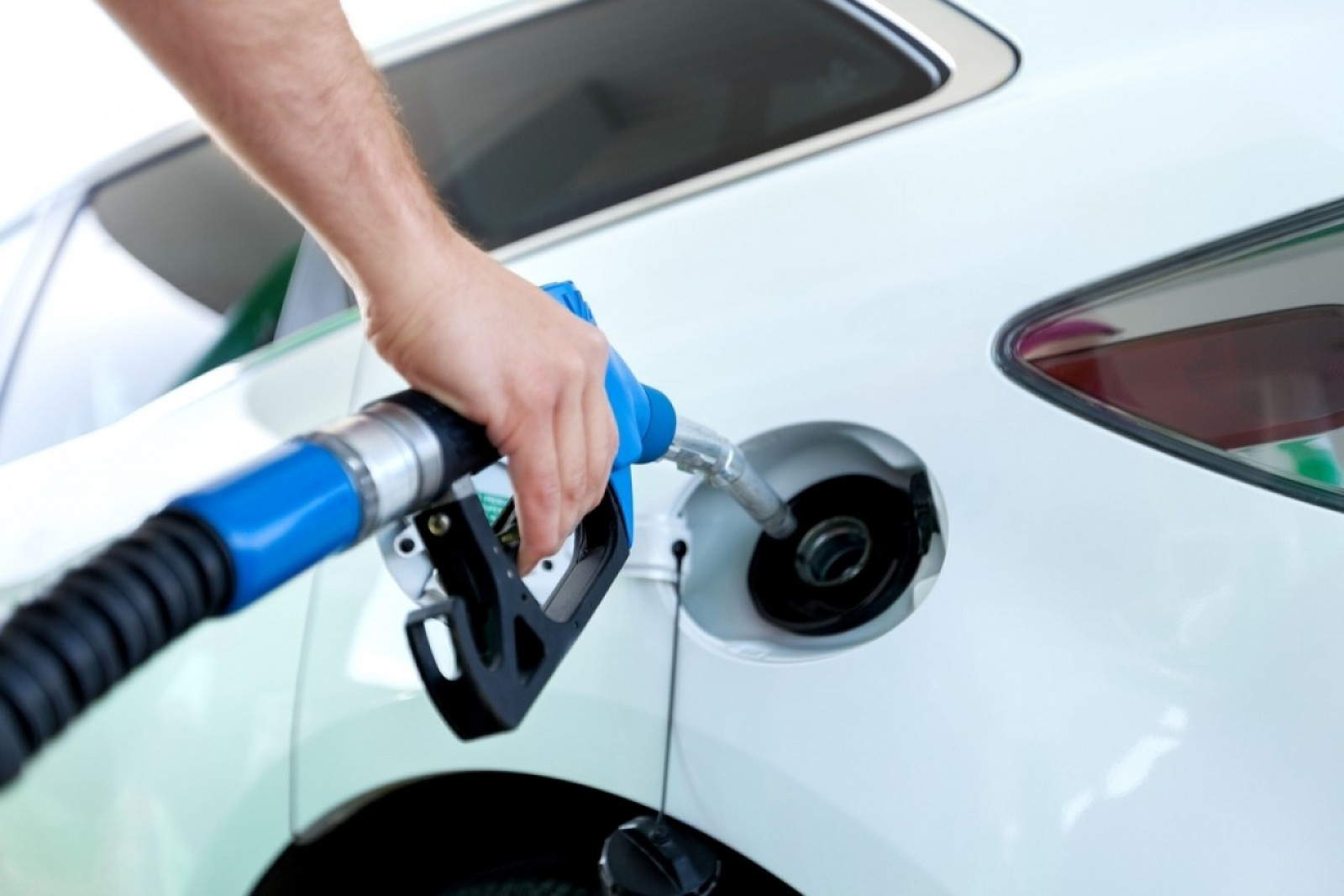 Ministerul Economiei dă în judecată ANRE-ul pentru că a majorat din nou prețurile la carburanți