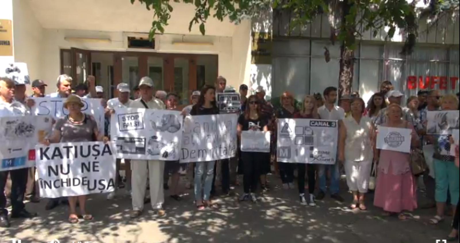 """(video/update/foto) Acțiuni de protest în fața televiziunii naționale Moldova 1: """"Stratan, vrem să vă vedem"""""""