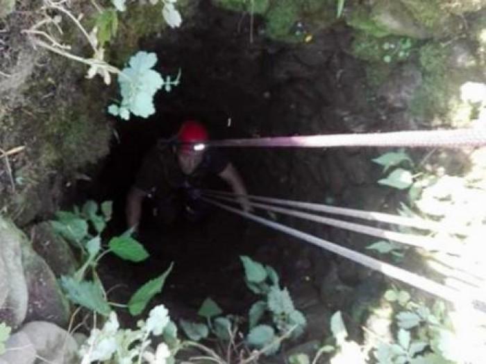 Misiune dificilă pentru salvatori. O femeie de 37 de ani a fost scoasă la suprafață dintr-o groapă adâncă de cinci metri