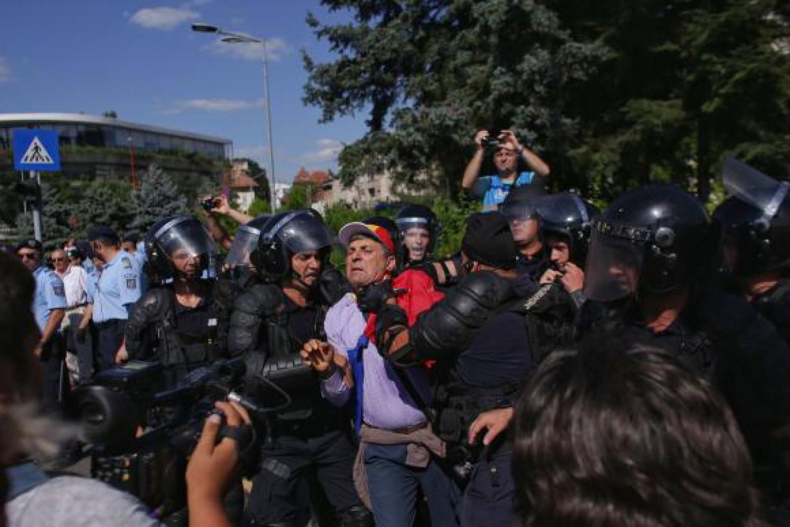 Mitingul diasporei la București: Îmbrânceli în Piața Victoriei. Jandarmii au folosit gazele lacrimogene