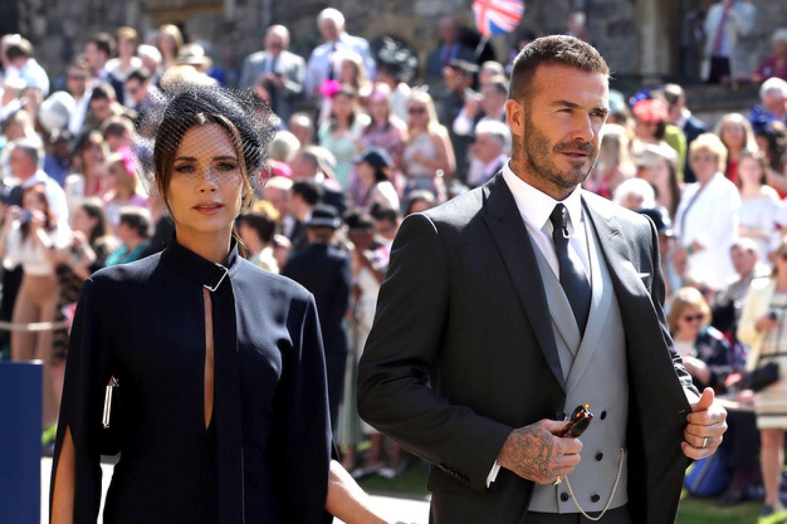 Motivul pentru care Victoria şi David Beckham îşi vând ţinutele purtate la nunta regală