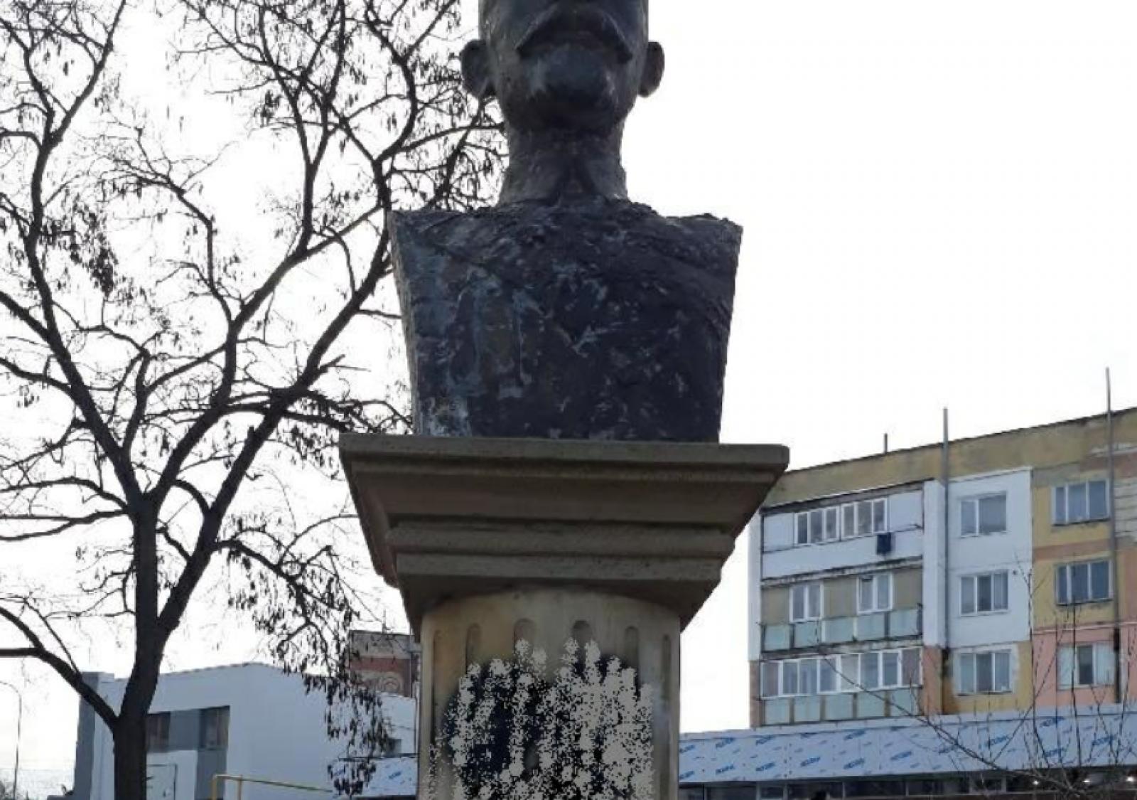(foto) Nisporeni: Bustul regelui Ferdinand a fost vandalizat, înainte de ceremonia de depunere a florilor