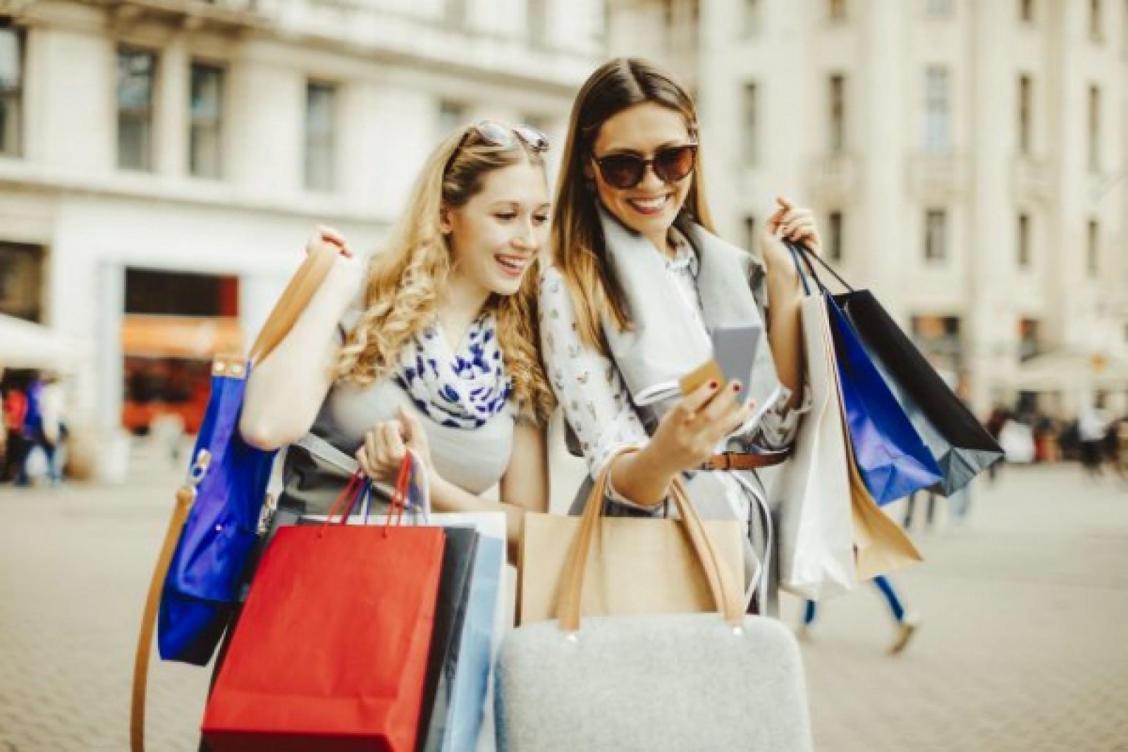 Nu te grăbi: Cinci lucruri de luat în considerare înainte să îți cumperi haine noi