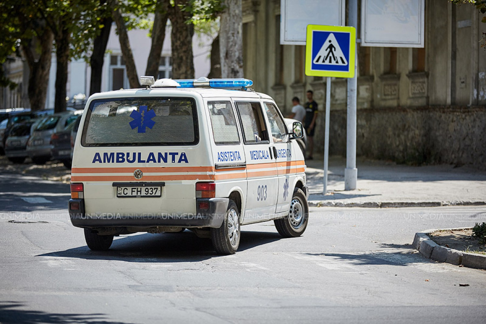 O tânără, spitalizată, după ce a fost lovită de o mașină pe trecerea de pietoni, în sectorul Buiucani