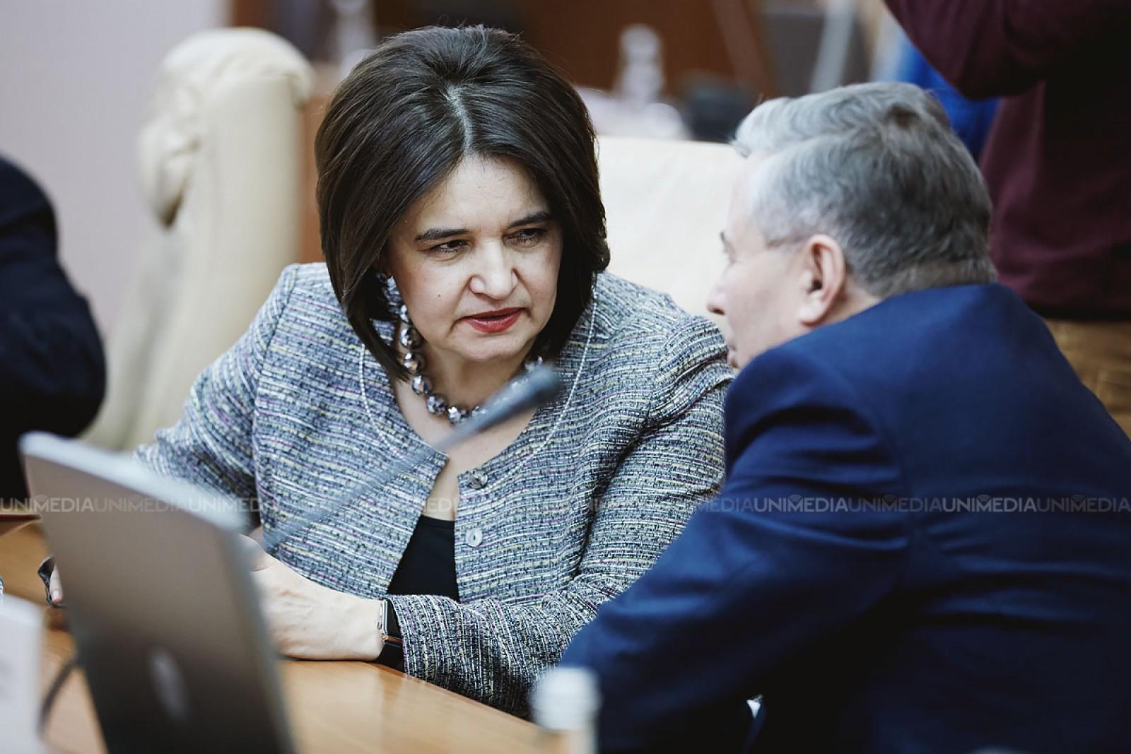 """Părinți și profesori, supărați pe Monica Babuc: """"Ministra comentariilor șterse și a pomenilor de 200 de lei"""""""