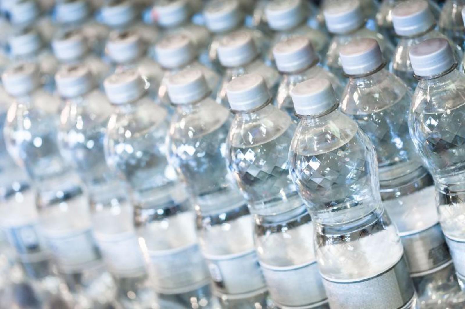Pericolul ascuns din sticlele de plastic. Un studiu a scos la iveală că acestea contribuie la creşterea ratei mortalităţii