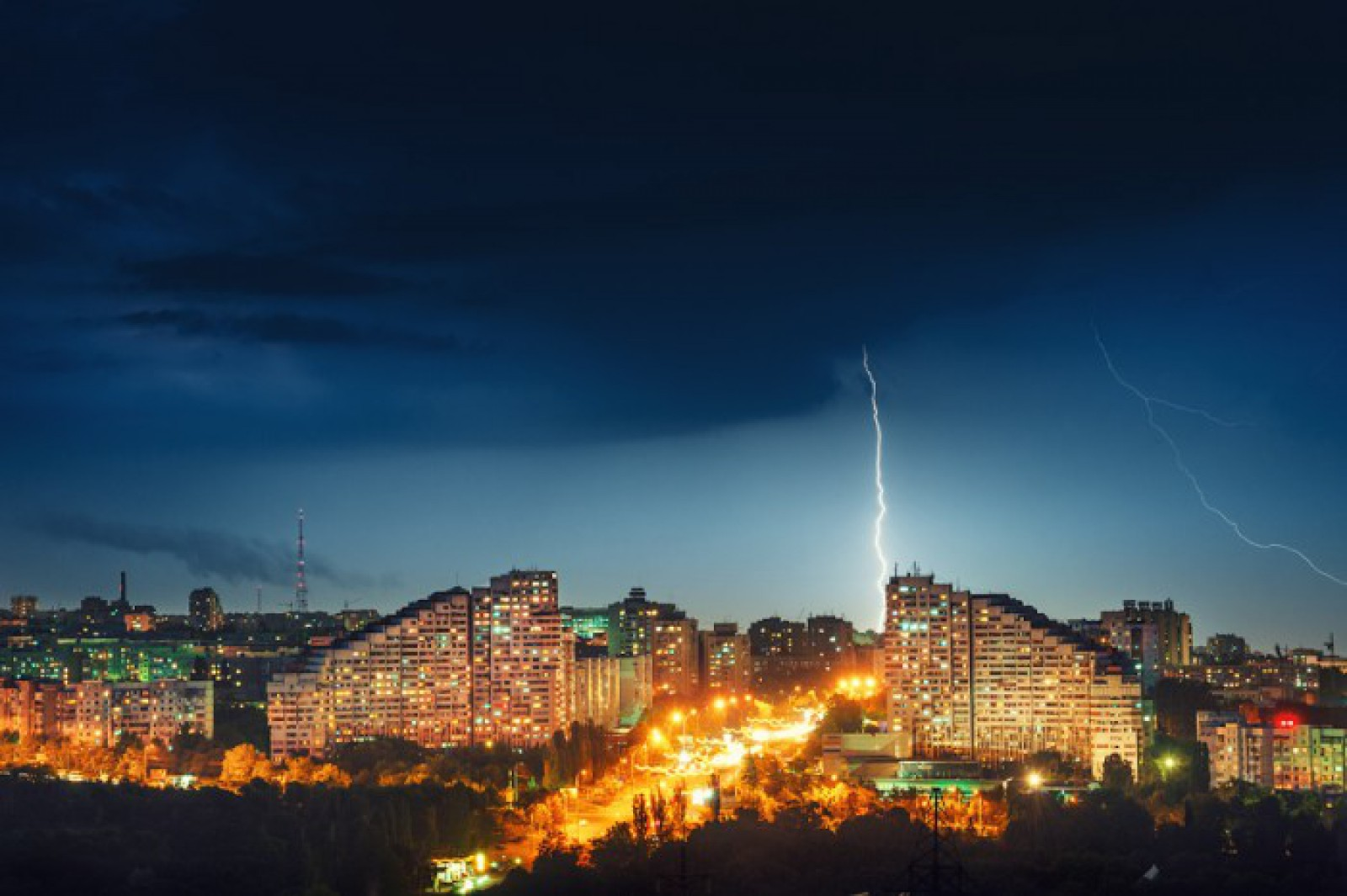 Ploi cu descărcări electrice: Vezi cum va fi vremea azi și în următoarea săptămână