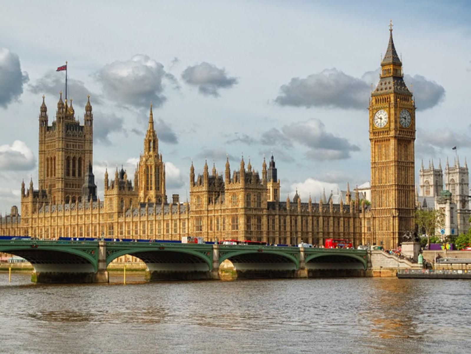 Poliţia investighează prezenţa unui pachet găsit în interiorul Parlamentului britanic