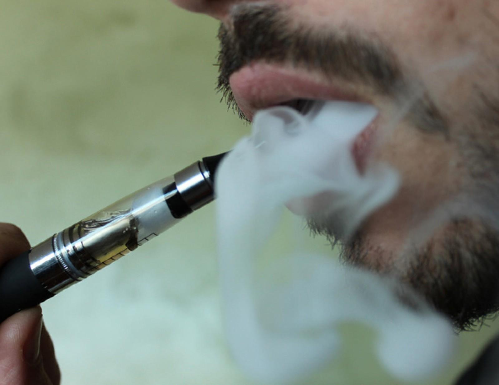 """Primul om ucis de o ţigară electronică. Aceasta a explodat în timp ce """"fuma"""" şi l-a ucis pe loc"""
