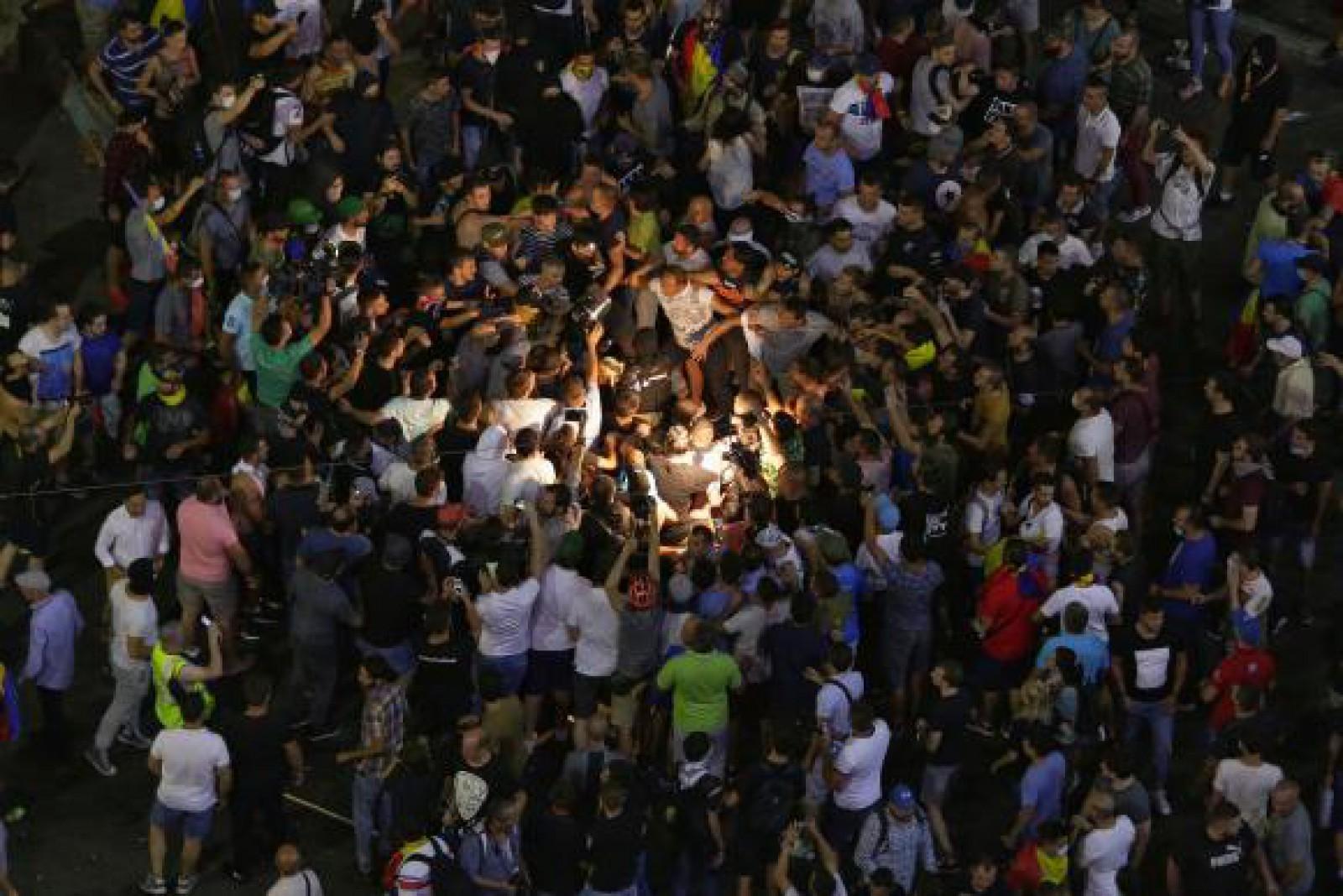 Protestele din București vor continua și astăzi: Oamenii se adună în Piața Victoriei la ora 18:00