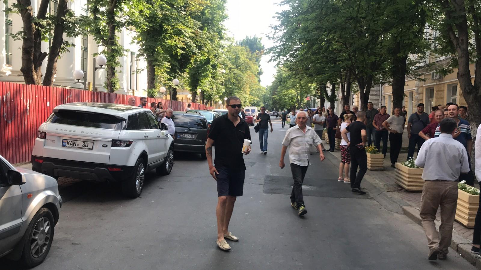 (video) Atenție, provocator de meserie! Un bărbat ce se pretinde inginer, apare la orice manifestație publică din capitală și agresează manifestanții
