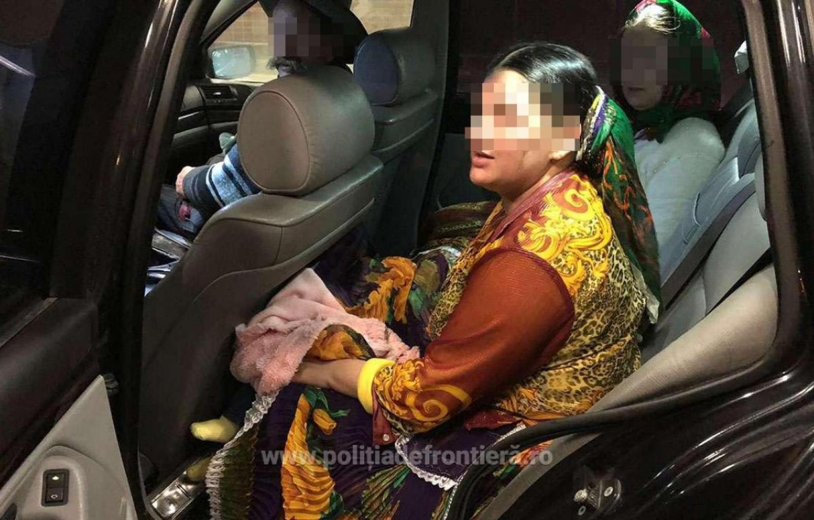 România: O femeie şi-a ascuns bebeluşul sub fustă, ca să-l treacă ilegal de frontieră