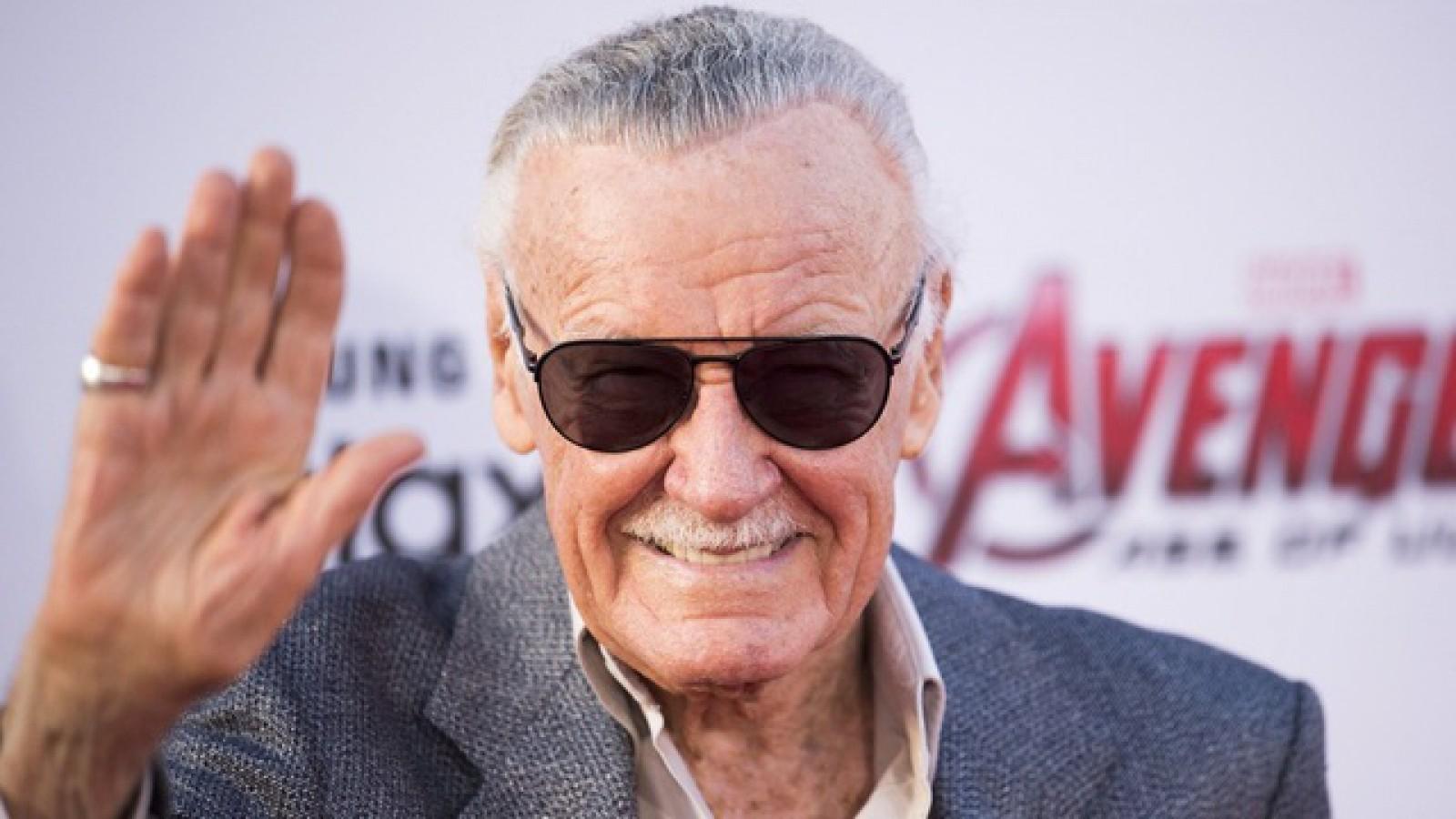 """Siri """"l-a omorât"""" pe Stan Lee. Asistentul virtual a fost indus în eroare de Wikipedia"""