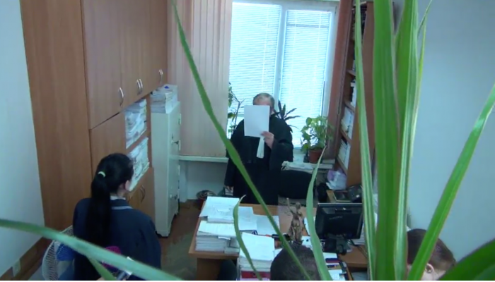 (stop cadru) Judecătorul în cazul lui Chirinciuc nu a vrut să fie filmat în timp ce citea sentința. Și-a acoperit fața cu o foaie