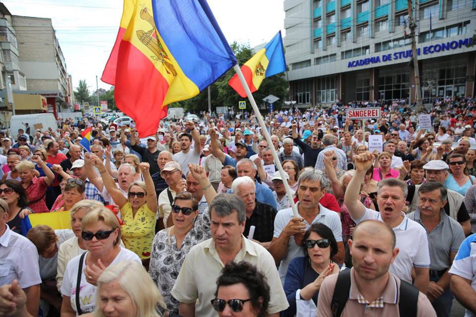 """Stop cadru: """"Limba noastră"""" în fața CSJ. Sute de protestatari au intonat împreună Imnul Republicii Moldova"""