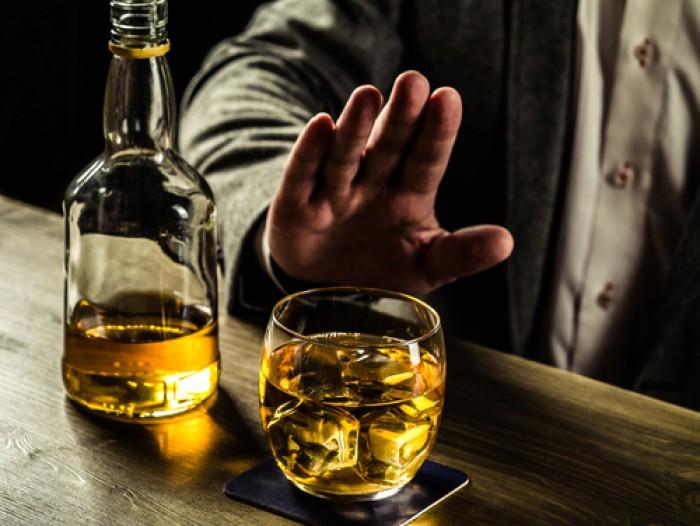 Studiu: Consumarea frecventă a alcoolului omoară noile celule nervoase la adulţi