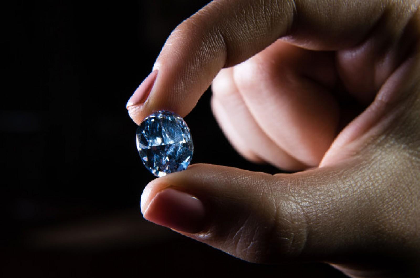 (studiu) Diamantele albastre se formează în apa marină rămasă captivă în profunzimile Terrei