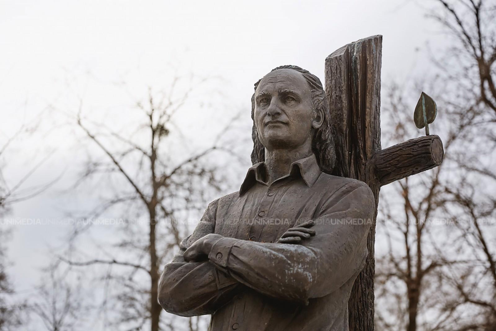 """""""Sunt iarbă, mai simplu nu pot fi"""". Se fac 83 de ani de la nașterea marelui poet Grigore Vieru"""