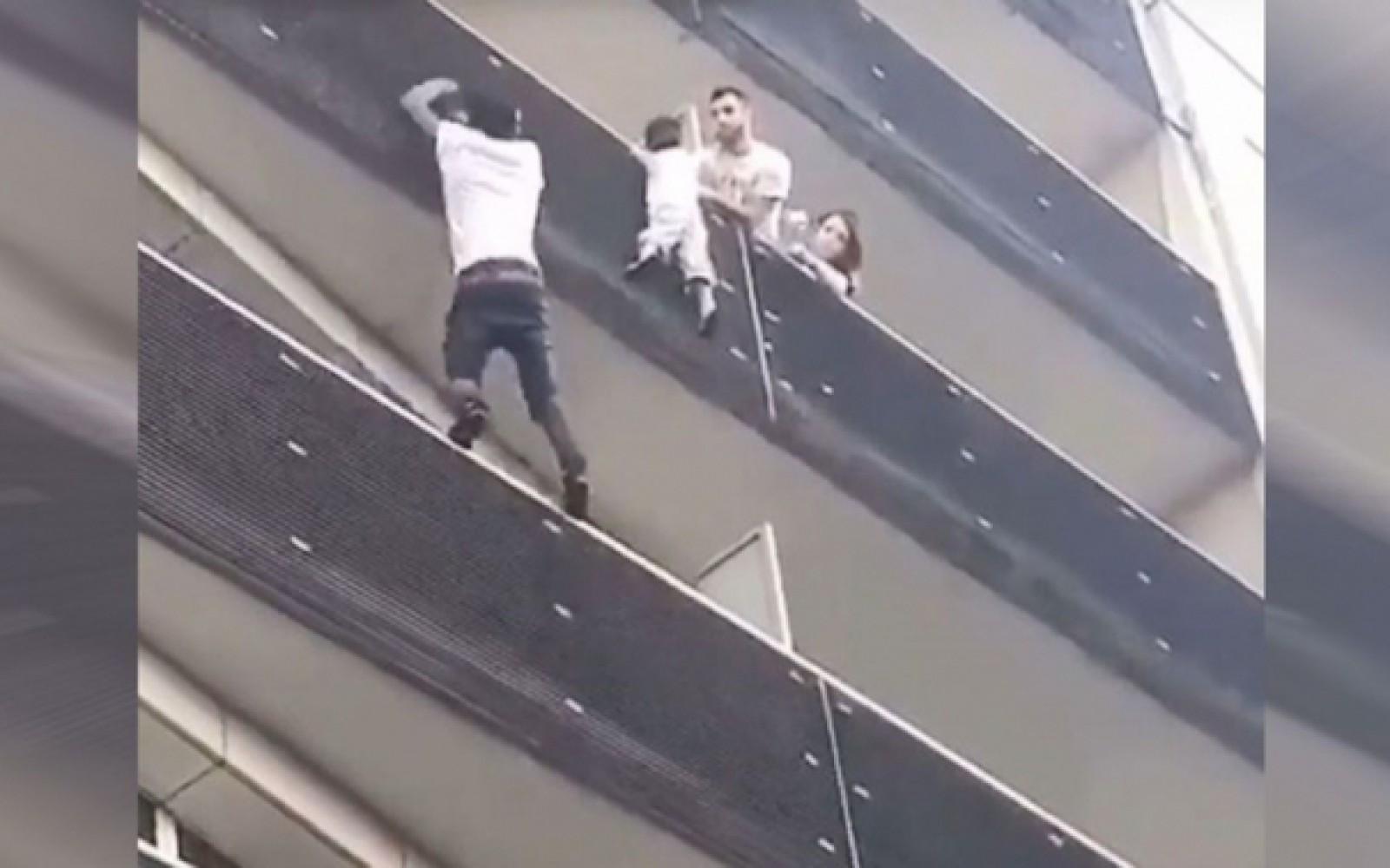 Tatăl copilului salvat de pe balcon de un imigrant a fost arestat. El era afară jucând Pokemon Go în timp ce copilul lui era în pericol