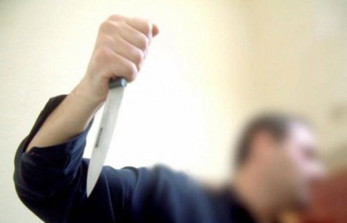 Te lasă mască: Un tânăr și-a înjunghiat, la beție, fratele geamăn