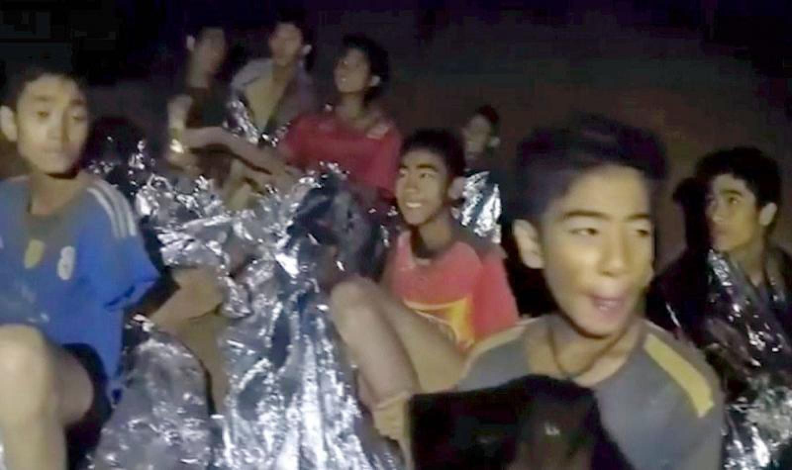 Thailanda: Toți cei 12 copii și antrenorul lor de fotbal, scoși cu succes din peștera inundată, după 17 zile