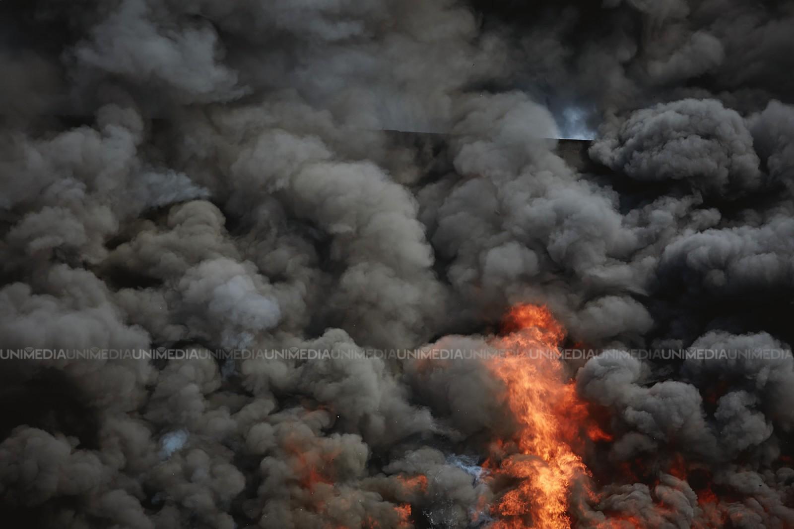 (foto/update) Incendiul de la depozitele din Strășeni: 80 de pompieri luptă cu focul
