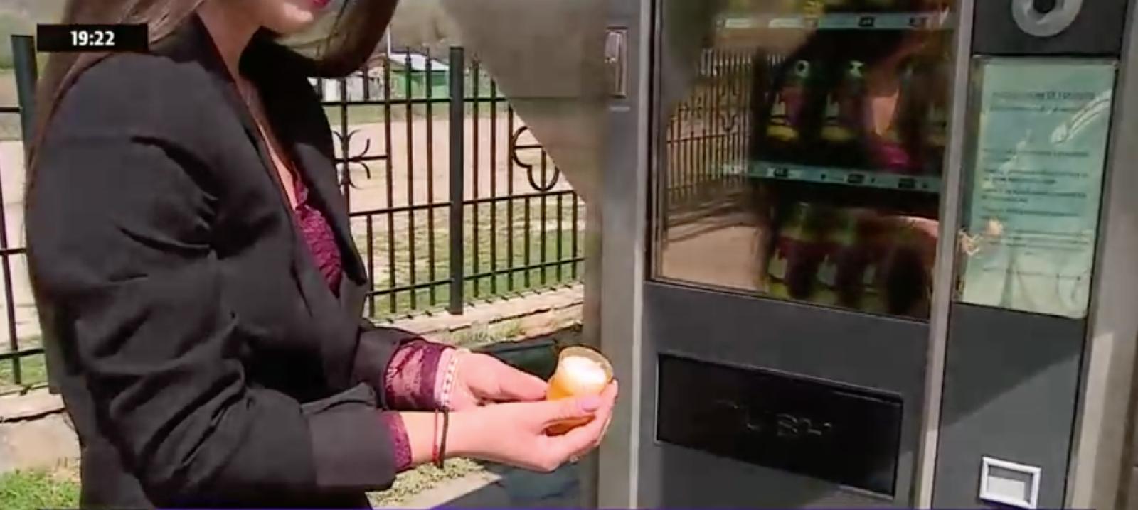 (video) Un automat din România dă lumânări și tămâie în loc de sandvișuri