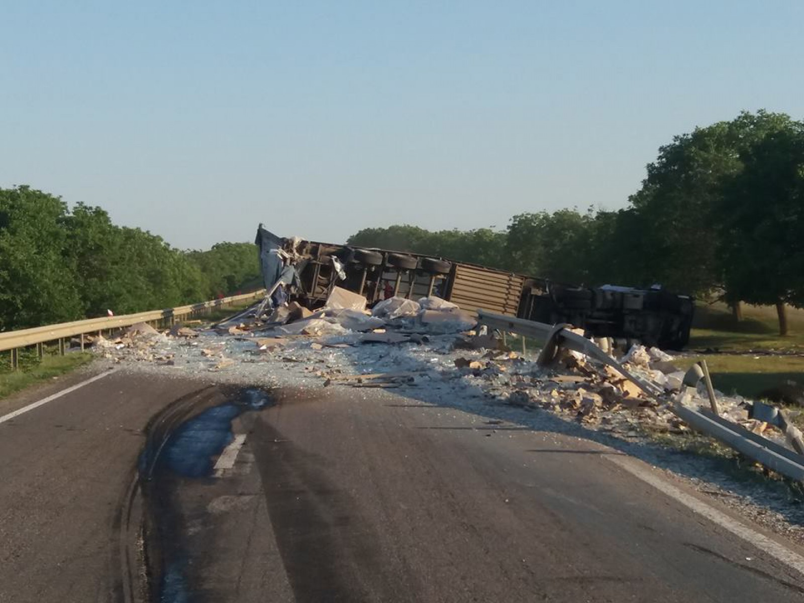 (update/foto) Un camion plin cu borcane s-a răsturnat pe traseul Chișinău - Leușeni