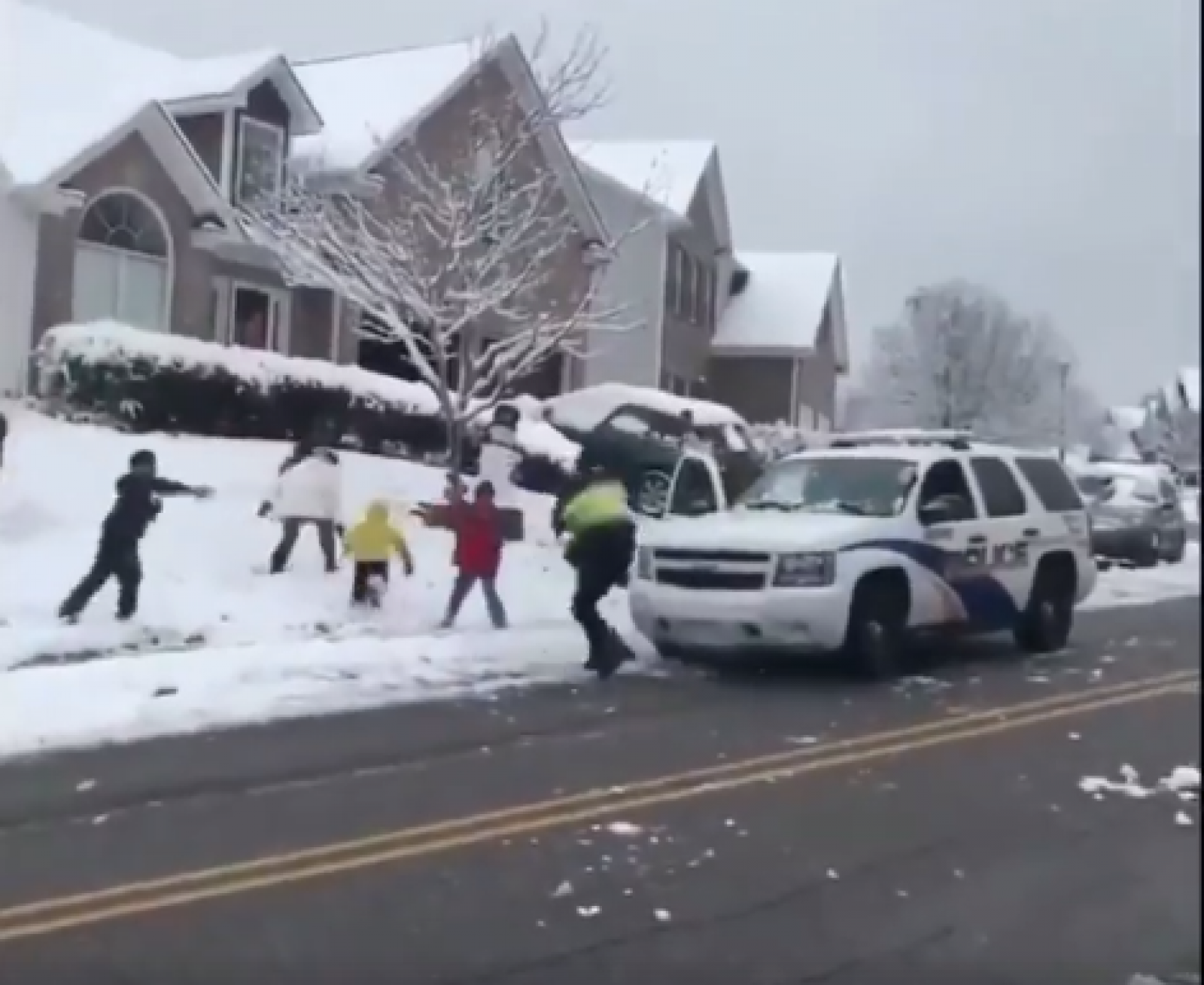 """(video) Un grup de copii au """"atacat"""" o mașină de polițiști. Reacția oamenilor legii este de neașteptat"""