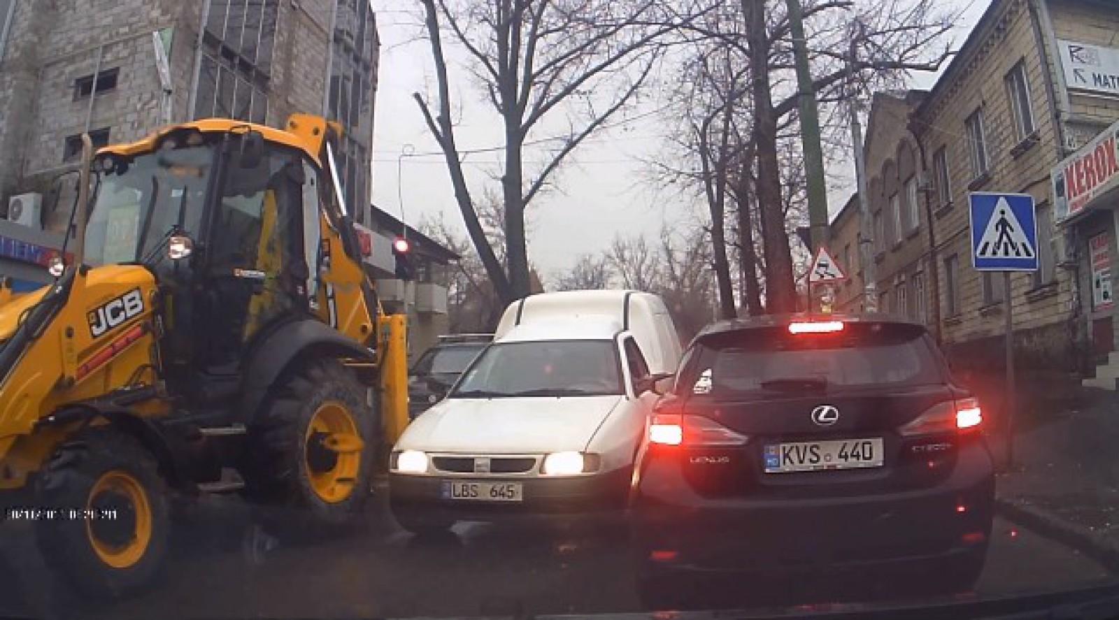 """(video) """"Şef"""" în trafic. Un şofer din Chişinău, filmat cum conduce după propriile reguli"""