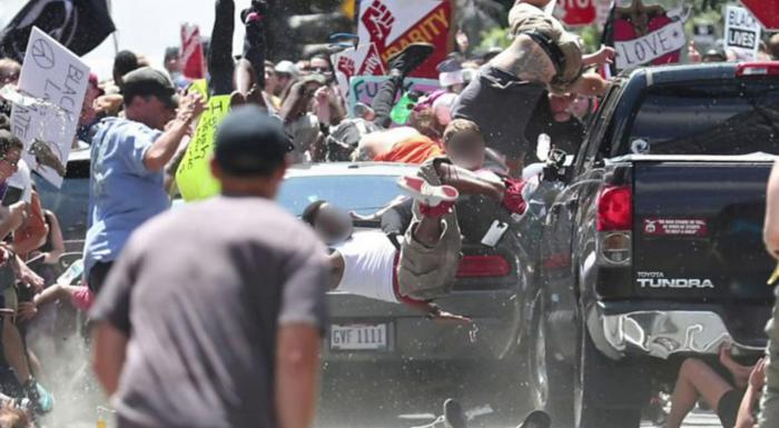 (video/ imagini cu impact emoțional) Momentul în care o mașină a intrat în mulțimea din Charlottesville, Virginia