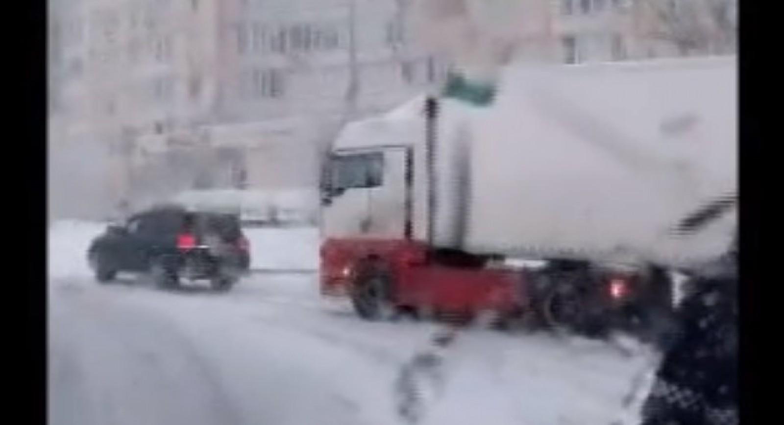 (video) Încă un şofer cu un SUV Toyota a fost filmat tractând un camion, dar deja prin capitală