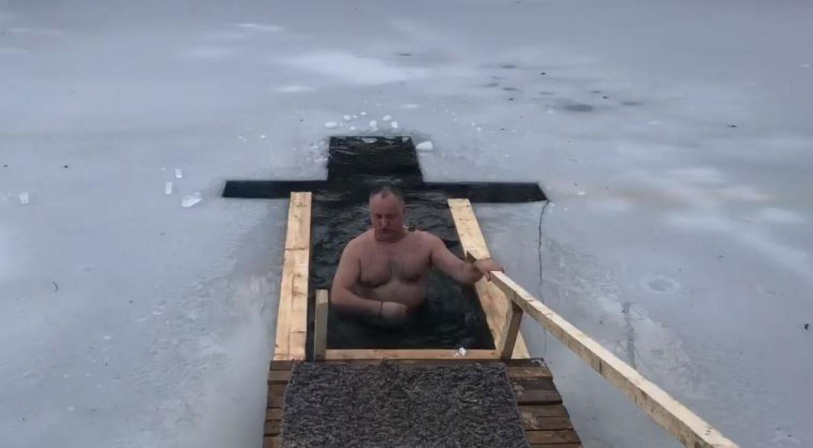(video) A făcut-o din nou, însă fără halatul prezidențial: Igor Dodon, de Bobotează, în apă rece ca gheața