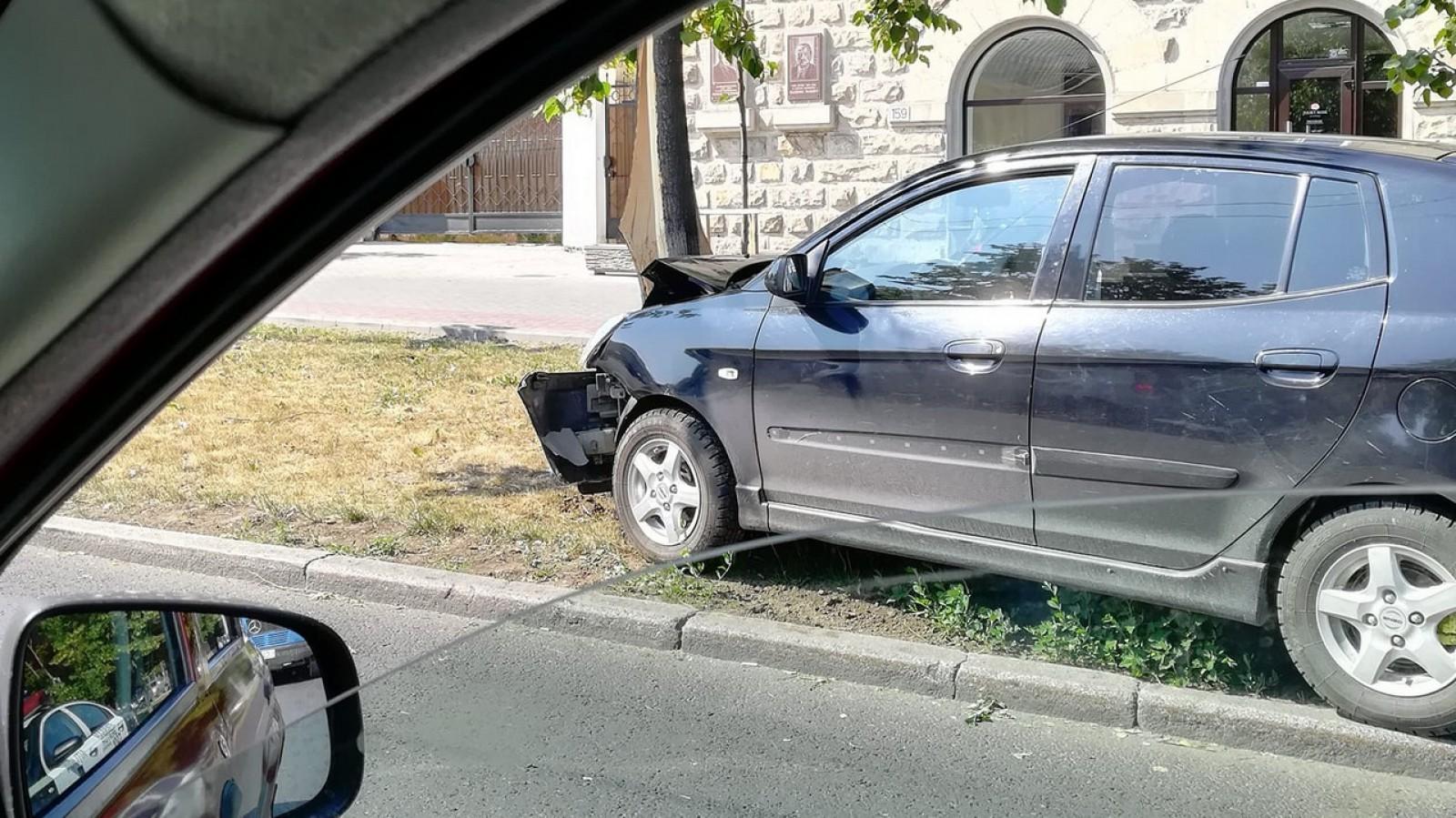 (video) Accident straniu. Un şofer a intrat cu maşina într-un copac din preajma Ambasadei Federaţiei Ruse