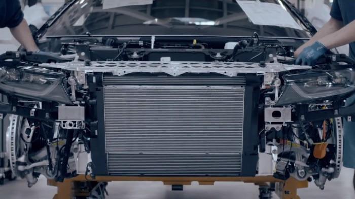 (video) BMW a început să asambleze noul i8 Roadster şi îl va prezenta la începutul lunii decembrie