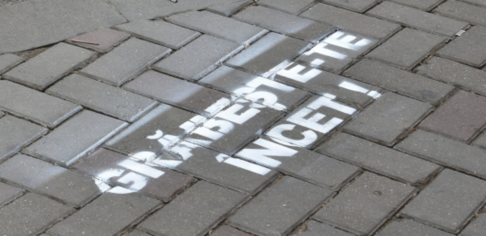 (video) Când vei traversa strada, vei observa aceste mesaje. O nouă campanie de prevenire a accidentelor rutiere, în care sunt implicați pietonii, organizată de IGP