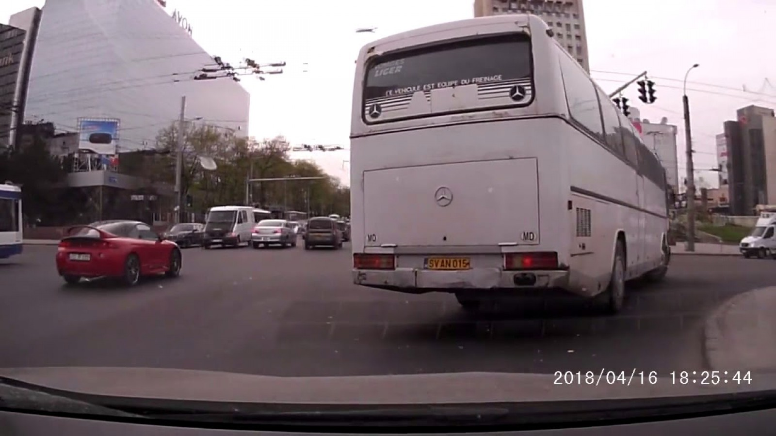 """(video) Cât """"profesionalism""""! Ce şi-a permis să facă un şofer de autobuz care transporta pasageri prin Chişinău"""