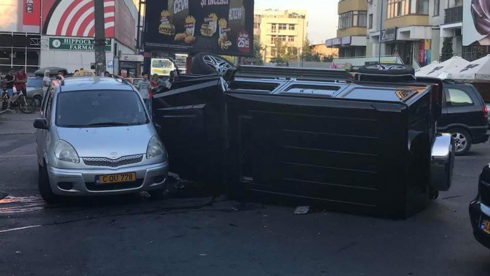 (video) Cel mai mediatizat accident din weekend de către şoferi şi internauţi a fost cu un G-Class răsturnat