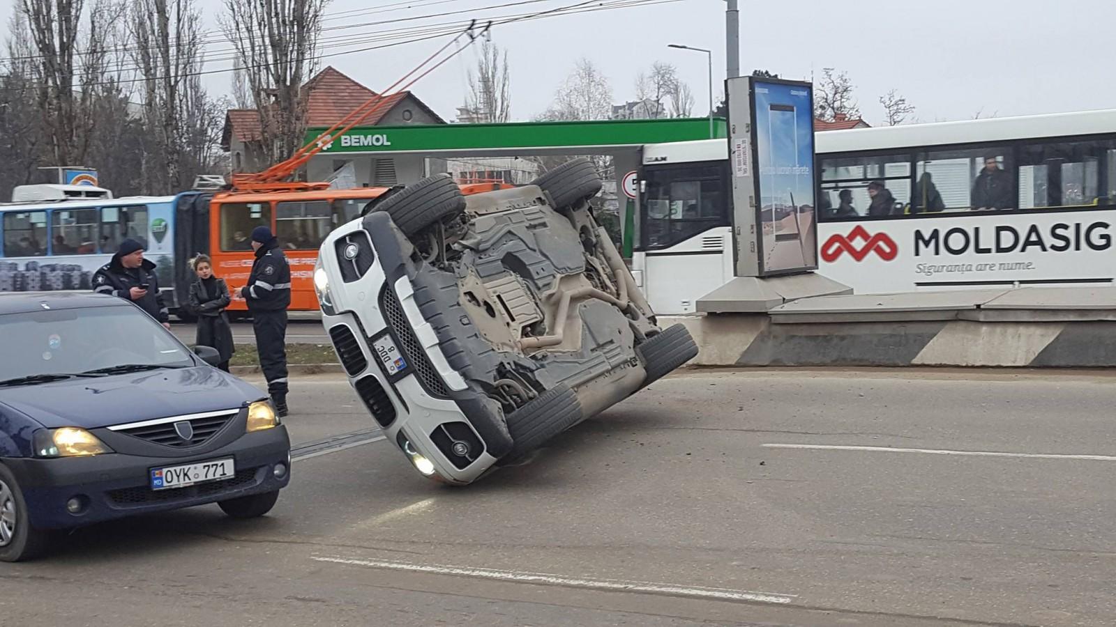 (video) Chişinău: Maşina răsturnată pe viaduct era dotată cu dispozitive de semnalizare luminoasă